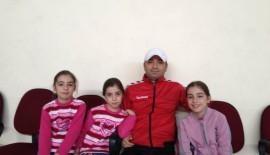Salonda Üçüz Hentbolcu Kızlar